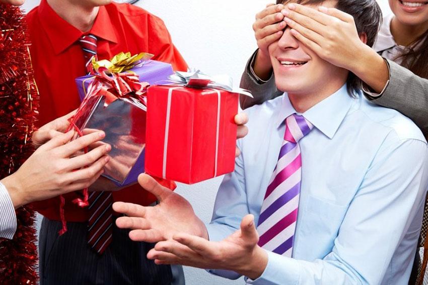 Что подарить мужчине коллеге на новый год